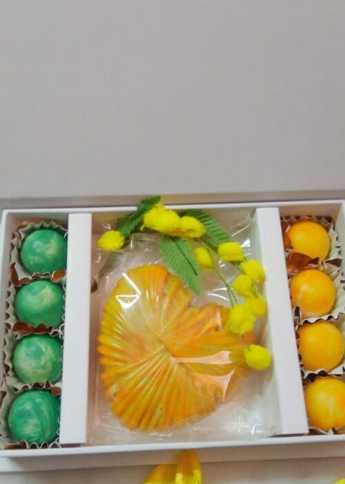BOX FESTA della DONNA Cuore MIMOSA in cioccolato makò al bacio e praline di delizia a limone GR 200