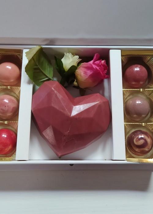 BOX FESTA della MAMMA Cuore diamante in cioccolato makò al bacio e praline assortite GR 160