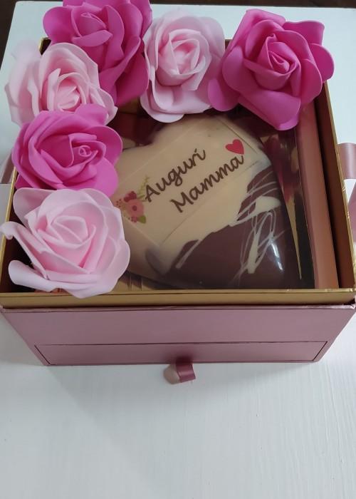 BOX FESTA della MAMMA Cuore gr 360  personalizzato + 16 cioccolatini + rose